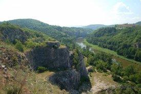 Vápencový lom Alkazar na levém břehu Berounky