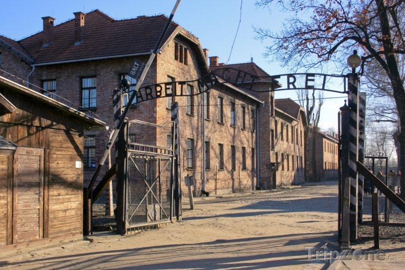 Fotka, Foto Vstupní brána do koncentračního tábora Auschwitz-Birkenau (Krakov, Polsko)