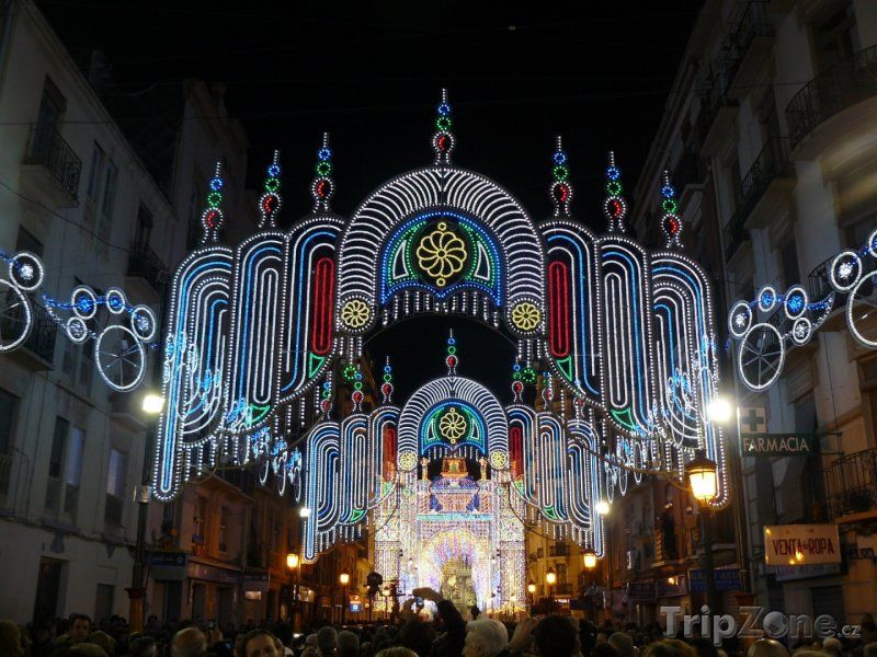 Fotka, Foto Výzdoba v ulicícch během festivalu Fallas (Valencie, Španělsko)