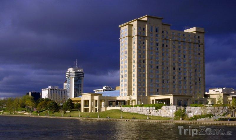 Fotka, Foto Wichita, budovy na břehu řeky Arkansas (USA)