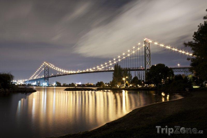 Fotka, Foto Osvětlený Ambassador Bridge (Detroit, USA)