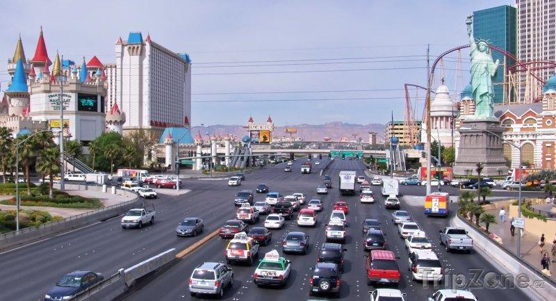 Fotka, Foto Pohled na hotel Excalibur a hotel New York (Las Vegas, USA)