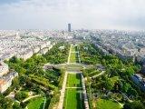 Pohled z Eiffelovy věže na park Champ-de-Mars
