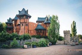 Dominantou Mirakula je dřevěný hrad, foto: mirakulum.cz