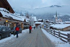 Kostelík v Alpbachu s typicky úzkou věží