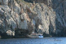 Loď před vchodem do jeskyně Grotta di Nettuno