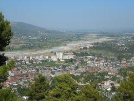 Pohled na řeku Osum ve městě Berat
