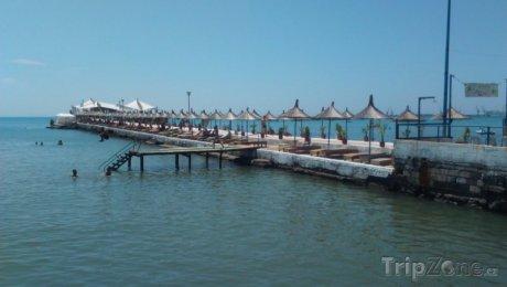 Molo s lehátky ve městě Durrës
