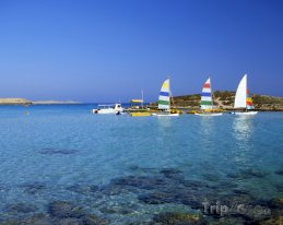 Agia Napa, lodě u pláže Nissi