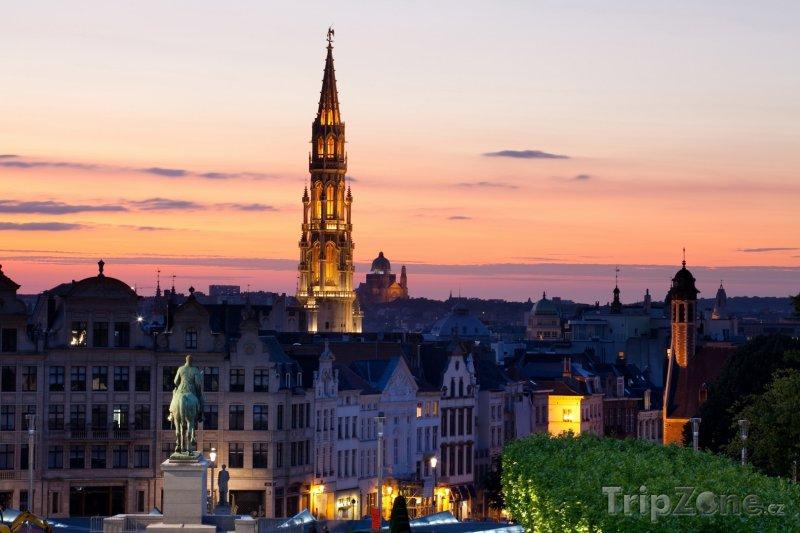 Fotka, Foto Bruselská radnice při západu slunce (Brusel, Belgie)