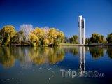 Canberra, zvonkohra National Carillon na břehu Lake Burley Griff