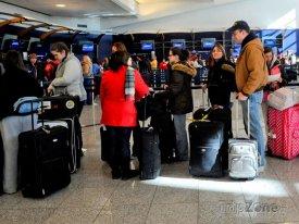 Cestující čekající na odbavení zavazadel