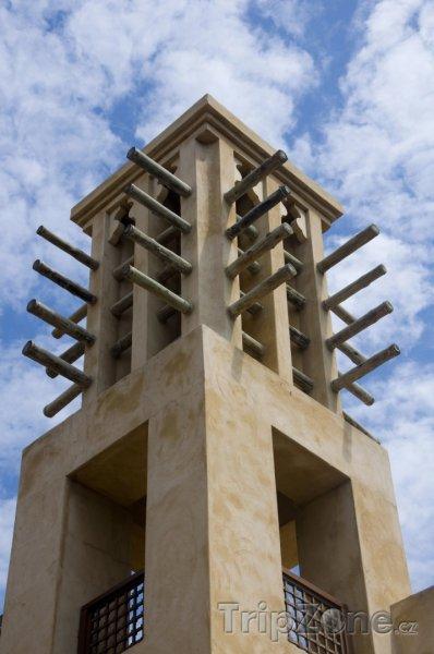 Fotka, Foto Dubaj, Badgir - věž zajišťující přirozenou cirkulaci vzduchu v b (Spojené arabské emiráty)