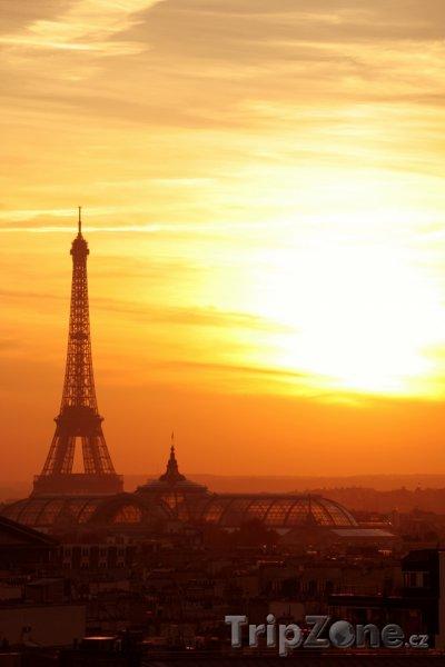 Fotka, Foto Eiffelova věž při západu slunce (Paříž, Francie)