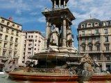 Fontána na Place des Jacobins