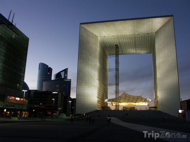 Fotka, Foto Grande Arche ve čtvrti La Défense (Paříž, Francie)
