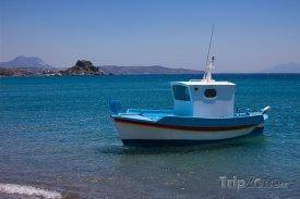 Loď u pobřeží