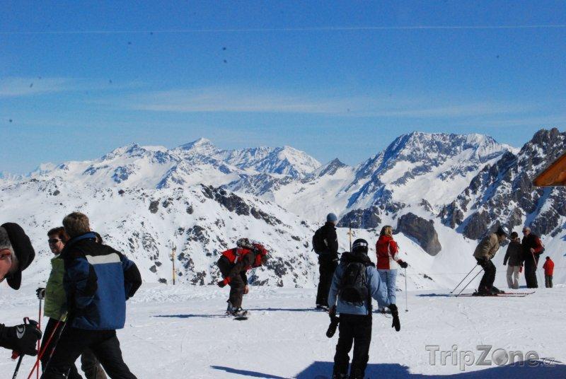 Fotka, Foto Lyžaři na vrcholu sjezdovky ve Třech údolích (Tři údolí, Francie)