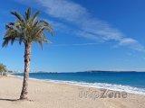 Pláž na Azurovém pobřeží