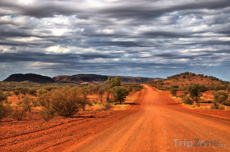 Fotka, Foto Prašná silnice poblíž města Alice Springs (Austrálie)
