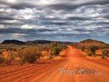 Prašná silnice poblíž města Alice Springs