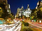 Rušná madridská ulice v noci