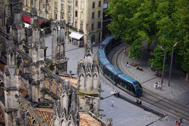 Fotka, Foto Tramvaj u katedrály Saint-André (Bordeaux, Francie)