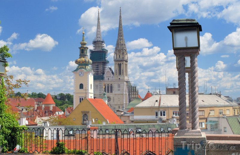 Fotka, Foto Záhřeb, pohled na město, v pozadí katedrála (Chorvatsko)