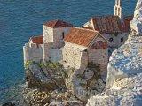 Budva, dům na útesu nad mořem