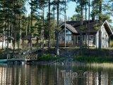 Dřevěná chaloupka na břehu jezera