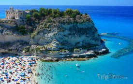 Kalábrie, pláž u města Tropea
