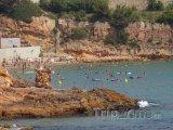 Kamenité pobřeží na Costa Doradě