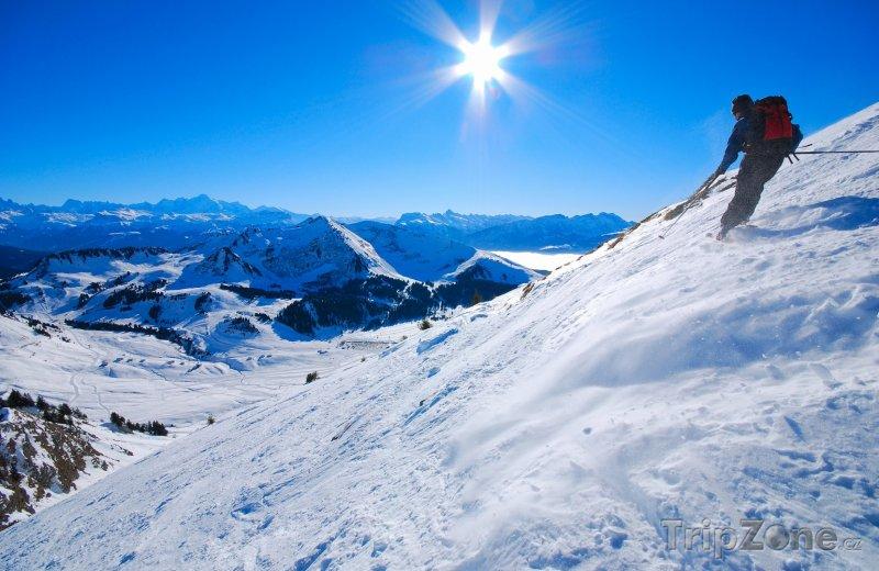 Fotka, Foto Lyžař ve francouzských Alpách (Francouzské Alpy, Francie)