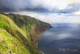 Madeira - pohled na útes