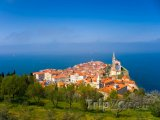Starobylé městečko Piran na břehu Jadranu