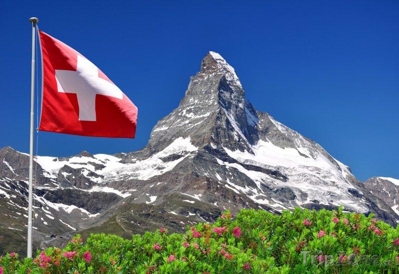 Fotka, Foto Švýcarská vlajka a hora Matterhorn (Švýcarsko)