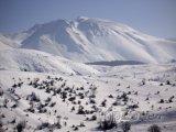 Zasněžená hora poblíž vesnice Cemerno