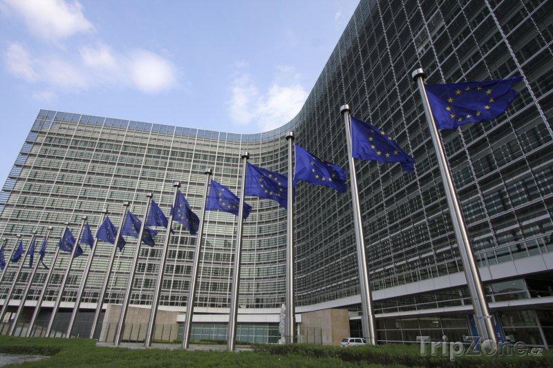 Fotka, Foto Brusel, vlajky před sídlem Evropské komise (Brusel, Belgie)