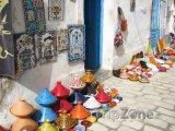 Djerba, nádobí a kachlíčky na pouličním trhu