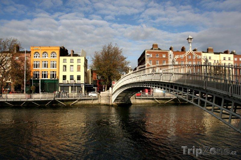 Fotka, Foto Dublin, Ha'penny-Bridge přes řeku Liffey (Dublin, Irsko)