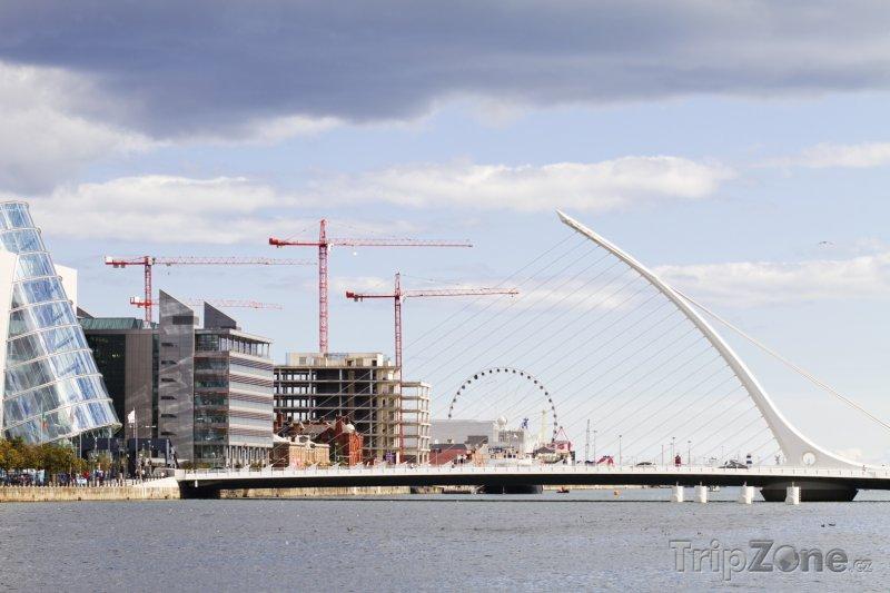 Fotka, Foto Dublin, Samuel Beckett Bridge přes řeku Liffey (Dublin, Irsko)