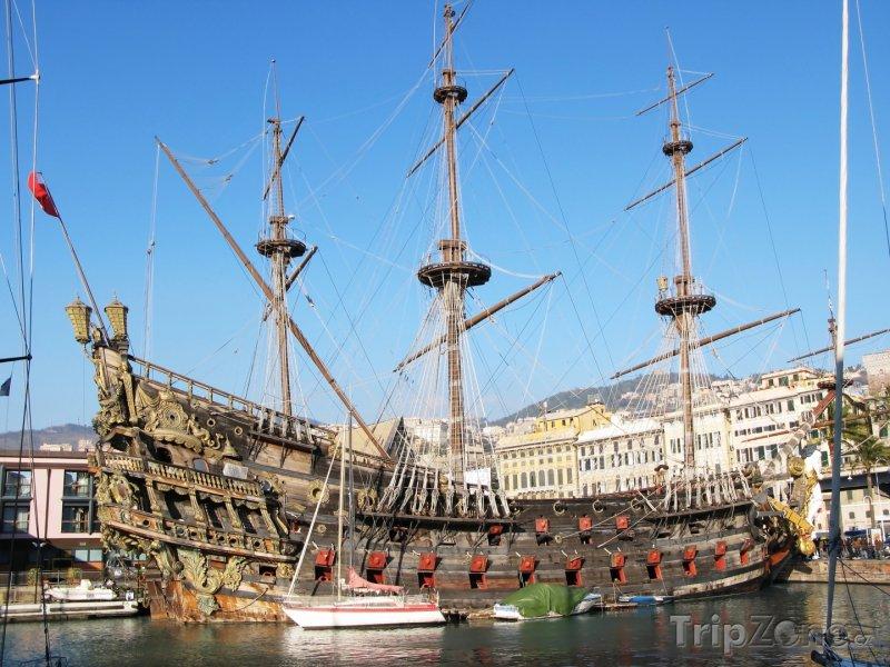 Fotka, Foto Historická loď v janovském přístavu (Itálie)