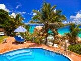 Hotelový bazén u pláže