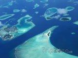 Letecký snímek korálových ostrůvků