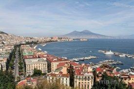 Pohled z Neapole na sopku Vesuv