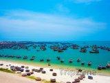 Rybářské loďky na pobřeží města Mui Ne