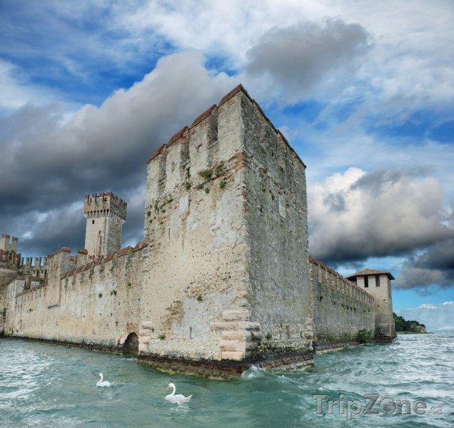 Fotka, Foto Sirmione - hrad Scaligero (Itálie)