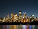 Sydneyské výškové budovy v noci
