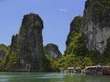 Vápencové skály v zátoce Ha Long