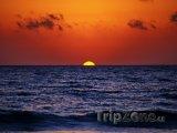 Východ slunce nad mořem u tuniských břehů